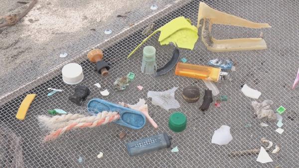 山形県-A26-漂着ごみと海岸清掃機